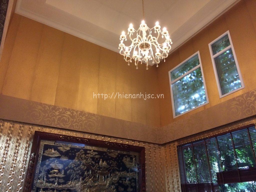 Đèn chùm trang trí tỏa sáng khắp không gian căn phòng