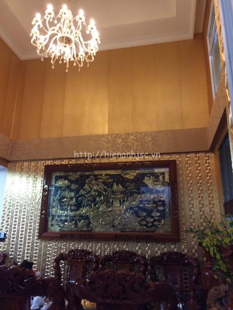 Những bức tường được dán giấy dán tường 3D họa tiết giả kim loại làm toát lên vẻ đẹp sang trọng cho căn phòng