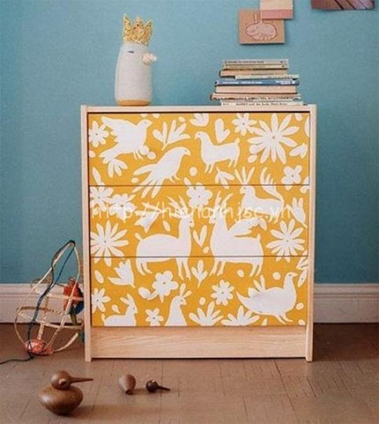 Chiếc tủ này được dán một lớp giấy dán nền vàng họa tiết thú vật nhã nhặn ở mặt trước, giúp chiếc tủ trở nên đẹp và thu hút hơn.