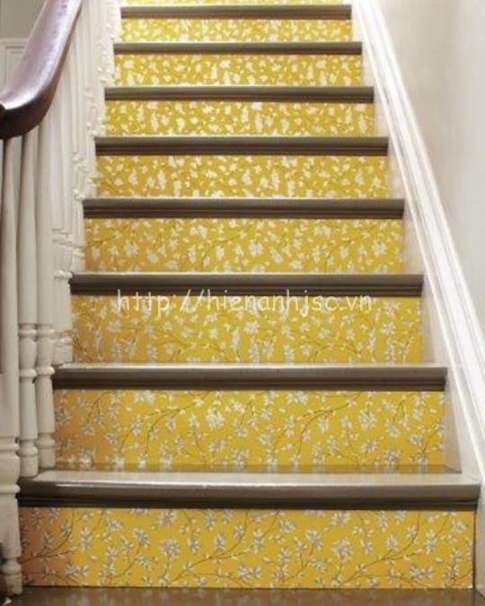 Cầu thang sử dụng giấy dán tường hoa trang trí