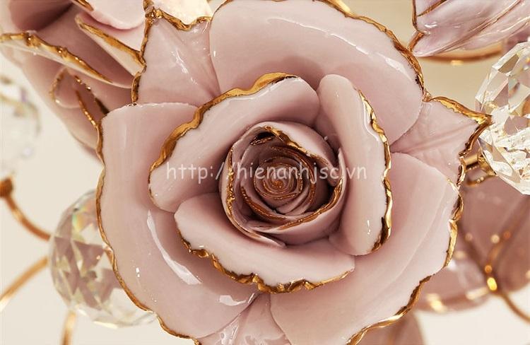 Mỗi bông hoa hồng được làm thủ công bằng chất liệu gốm sứ,phủ bóng lớp ngoài , viền hoa ánh kim taọ cảm giác sang trọng