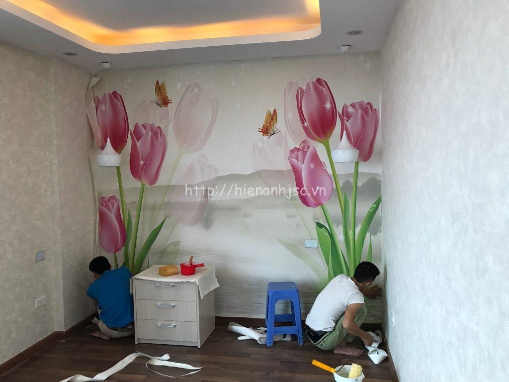 Thợ thi công tranh 5D hoa ly và giấy dán tường