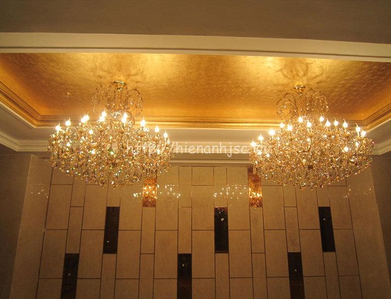 Không chỉ dán tường, mẫu giấy hoàng gia có thể  dán trần làm nổi bật cả căn phòng của bạn