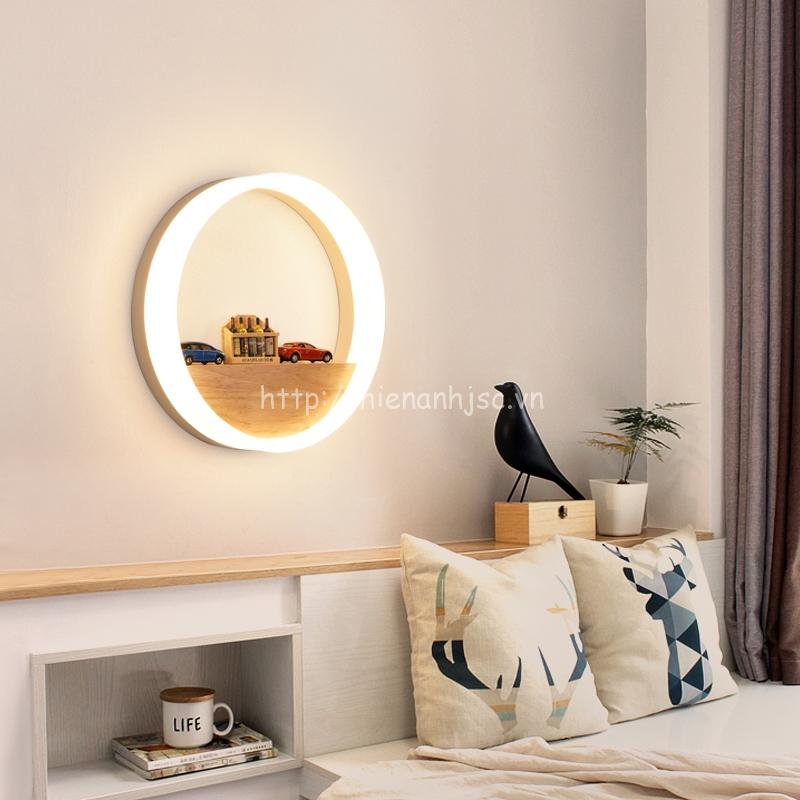 Có thể sử dụng khoảng trống giữa đèn để trang trí bằng những món đồ nhỏ nhắn yêu thích