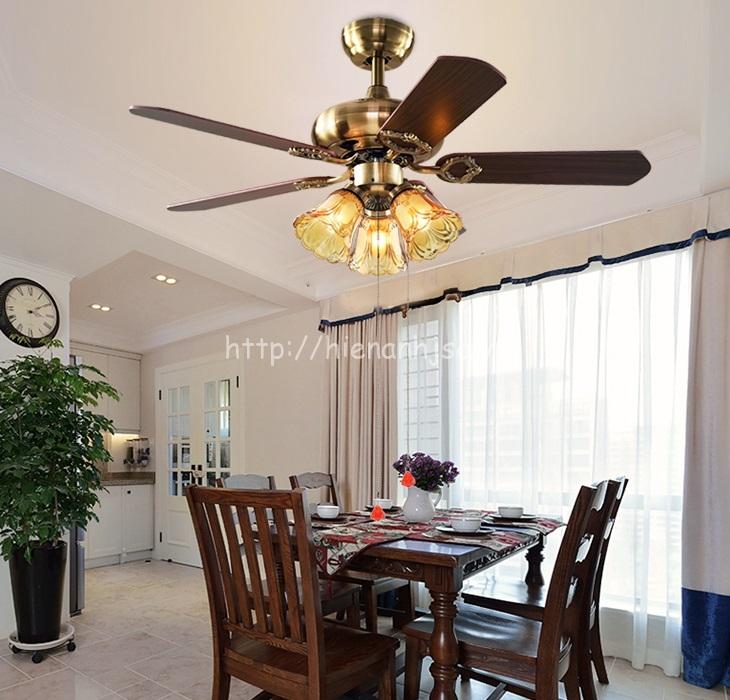 Không chỉ sử dụng ở phòng khách, đèn chùm quạt trần DTT052 cũng tạo cho gia đình cảm giác ấm cúng khi sử dụng trên bàn ăn