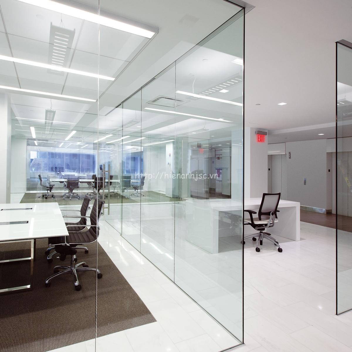 Bề mặt kính, alumi, nhựa vẫn dán được giấy tuy nhiên độ kết dính không bằng các bề mặt khác