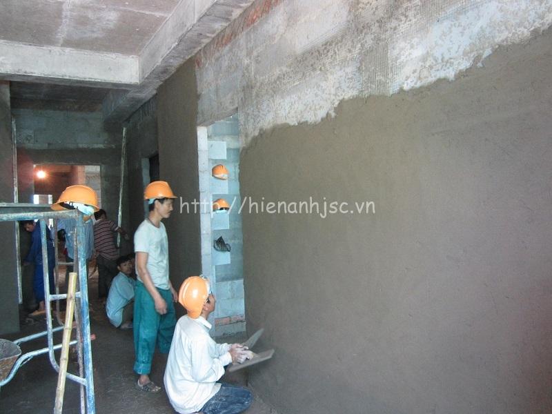 Tường trát xi, vữa ảnh hưởng đến độ bám dính của keo và đen các mép giấy