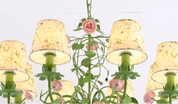 Hình ảnh cận cảnh của đèn chùm hoa hồng DTT063